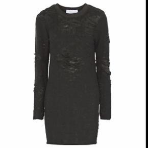 Iro kjole - lang bluse  Aldrig brugt.  Nypris: 1300 kr. Sælges for 600 kr. - FAST PRIS  Ingen bytte!  Jeg sender desværre ikke billeder med tøjet på. Bor køber i nærheden, skal man være velkommen til at komme og prøve.