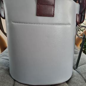 Lækker bucket bag/ skuldertaske i læder fra Ganni. Aftagelig stofpose indvendigt. Dust medfølger. Brugt få gange.