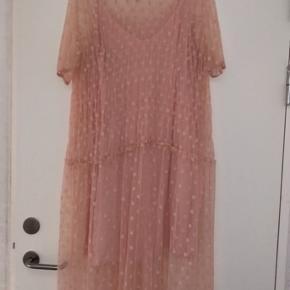 Overvejer at sælge min elskede Baum kjole, hvis det rette bud kommer💞.  Den er kun brugt meget få gange. Nypris: 1399kr Kom med realistiske bud😁. Fragten bliver lagt oveni prisen