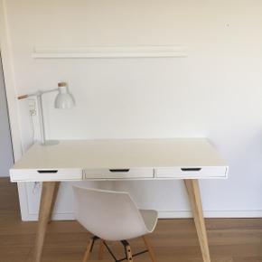 Skrivebord fra Ilva sælges da jeg ikke har plads længere. Har et par skader/brugsspor og sælger det derfor meget billigt. Koster 3500 kr fra ny.   Sælger også stolen og lampen hvis det har interesse.