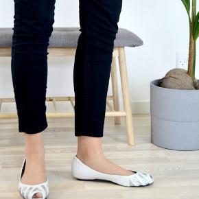 Smukke ballerinaer fra mærket vagabond i str. 40.  Jeg bruger normalt str. 39 i sko, og disse er en lille smule for store til mig, men ikke meget.  Se billeder for detaljer. Der er altid fri fragt, hvilket vil sige at porto er indberegnet i prisen.💌