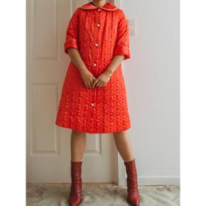 This quilted robe is just perfect!😍 Especially if you are into red color!💕  It has the best quality in all the robes I have seen and felt❣️ Just amazing!🍁  Perfect for the spring/autumn weather, relatively thick.🌸  Size S/M, seen on size M. Chest measurement is about 92cm.🧡  950dkk/128euros Free shipping in Denmark.