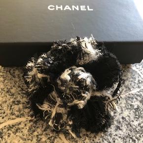 Så fin Chanel Tweed Camelia broche. Diameter ca 9cm.  Købt tidligere denne måned på fashionphile og har kostet omkring 2.900 plus told/moms fra USA. Kvittering og æske medfølger.