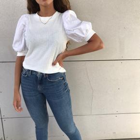 SÆLGER HELE SÆTTET 🌸💗  - stramme blå jeans fra Zara, str 36  - fed hvid t-shirt fra Vero Moda, str M  Byd endelig 🌸💗