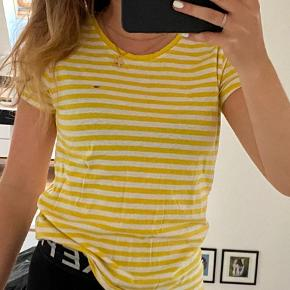 Sød gul- og hvis stribet t-shirt