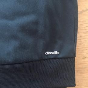Super lækker og smart cardigan fra Adidas. Har lidt fnuller ellers fin str. 13-14 år