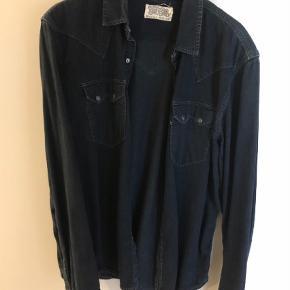 Varetype: Langærmet Farve: Armyblå Oprindelig købspris: 800 kr.  Sælger denne her Levis cowboy skjorte Str: XL  Kom med et bud - Skal væk