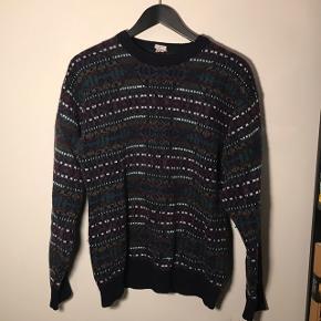 Vintage sweater  Lilla, grøn gul og hvidt mønster  Den er ikke ny, men har ingen huller og er i fin stand.   Kan sendes :))