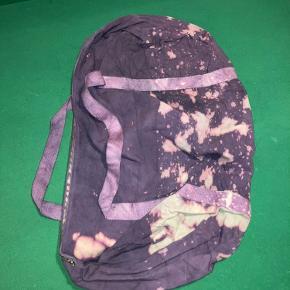 Denne dufflebag i lilla med mønster fra Choris Noima fremstår fuldstændig som ny, da jeg har fået et restpartiet fra den tidligere ejer.  Mærke: Choris Noima Cond: 10 Størrelse: one size Køn: Unisex