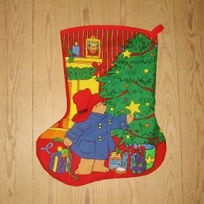 Bjørnen Paddingtons JULESOK.  Stoffet er i super bomuldskvalitet fra England. Den er indvendig foret med kraftigt ensfarvet stof og den har flot kantbånd foroven og strop til ophængning.  Sokkens højde er: 48 cm Sokkens bredde er: 40 cm  Pris 135 kr pr. stk.  Du kan også vælge at købe stoffet hos mig og selv sy. Syvejledning på engelsk medfølger.  Pris for stof til 1 julesok (altså til både forside og bagside) er 65 kr og for stof til 2 sokker kun 120 kr.  Ingen byt, og prisen er fast.