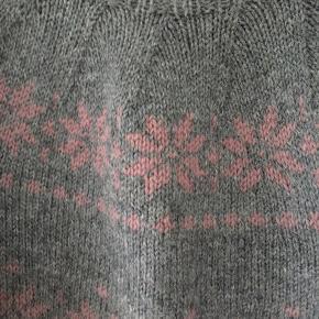 Håndstrikket sweater i uld. Brugt meget lidt. Længde 60, bredde 50. Kom med et bud.