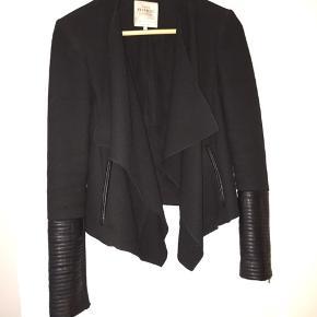 Sort åbenstående jakke med skinddetaljer
