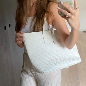 Helt hvid Malene Birger taske, perfekt til skole, macbook kan sagtens være i👍