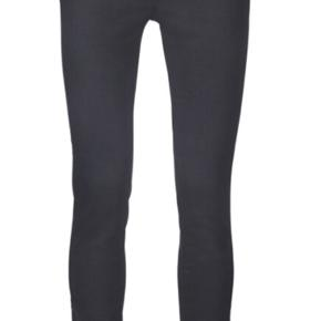 Str 26. Nye Bløde Jeans med stretch. Lynlås ved ankel. High Waist/Skinny Fit. I butik nu til 1000,-