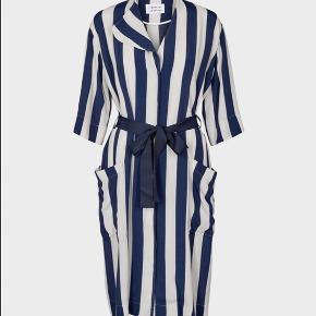 Fin, tynd kjole fra Libertine-Libertine i hvid/blå.  Har brugt den én gang.   Model: Torino state Ny pris: 1795 kr.