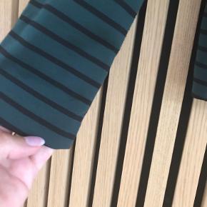 Flot grøn blazer med sorte striber.