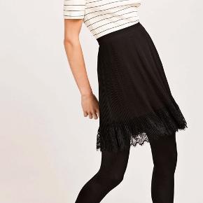 Fineste sorte nederdel med blondekant fra Samsøe & Samsøe i en str S 🖤 Kun brugt to gange, og er derfor som ny.  Nyprisen var 600 kr.   Kan afhentes i Valby eller sendes på købers regning 📍