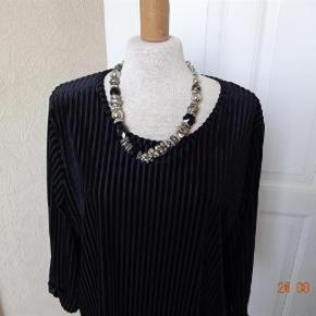 Ze Ze det er en L. Varetype: Flot Bluse med 3/4 ærme  *NY* Farve: Sort/hvid  Flot Bluse sælges.  (BYTTER IKKE)   Brystmål: 54x2   Talje:55x2 Hofter: 56x2 Længde: 69 Materiale: 90 % polyester