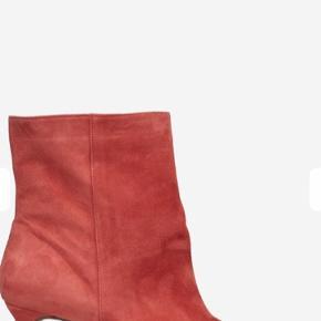 Helt ny Billi bi ankelstøvle med lille hæl.  Aldrig brugt. Sendes i original æske.  Hælhøjde 6,5 cm