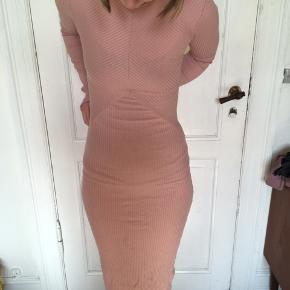 Fin rosa kjole med pæn detalje på ryggen - desværre er der kommet en lille plet foran , men den kan sikkert komme væk med lidt vanish 🌸🌺