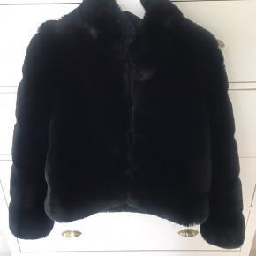 Overvejer at sælge min elskede Neo Noir pelsjakke, da jeg ikke får den brugt nok. Den er købt for 1500kr. Den er en størrelse xs. Sælges kun til rette pris eller kom med et fair bud. 550kr ekskl fragt med dao