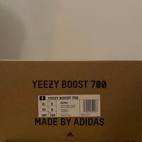 """Yeezy boost 700 """"Inerti"""" str. 42EU  Helt nye med stadig med mærke og medfølgende box.   Pris: 2925kr"""