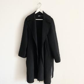 Fin sort trenchcoat fra Zara. Brugt få gange.