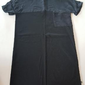 Sort kjole med brystlomme. Tyndt stof foroven. Str 158/164. Næsten som ny. Længde ca. 82 cm. Bredde ca 45 cm.