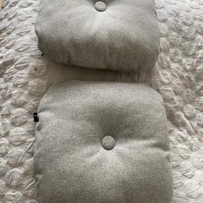 Hay puder  Nypris for disse to 1100kr  Sælges da vi sælges vores sofa.  Der er en lille plet på den ene pude hvor den lilla knap er på. Men kan nok renes væk.   Normann copenhagen, royal