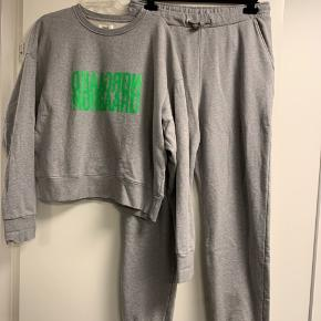 Lækkert jog sæt fra Mads Nørgaard i grå melange med grøn skrift... kun vasket 1 gang..  bytter ikke...
