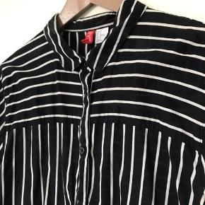 En fin, stribet skjorte fra H&M.