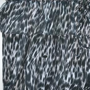 Sød nederdel fra Zara. Dog et enkelt hul, hvilket også vises på billederne.