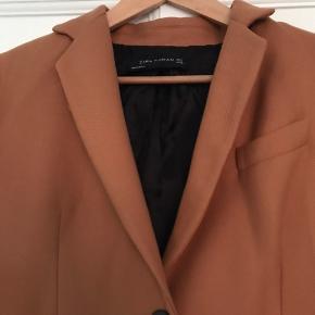 Cognac farvet frakke fra Zara str. S.   Brugt meget lidt og er perfekt som overgangsjakke.
