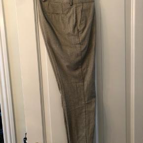 Splinter nye selected bukser i beige med tern. Buksen er slim fit og størrelse 30/32. Brugt en enkelt gang, men må indse det var et fejlkøb.