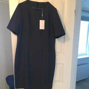 Koksgrå klassisk work-wear kjole fra Inwear. Fint snit der giver en flot talje.  Ca knælang (jeg er 170cm) Underkjole der sikrer flot fald og krølfrit stof.   Byd!  Byd!