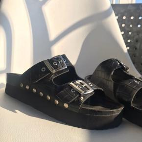 Mega fede sandaler, med en lidt højere hæl 🌸💗 super gode at gå i