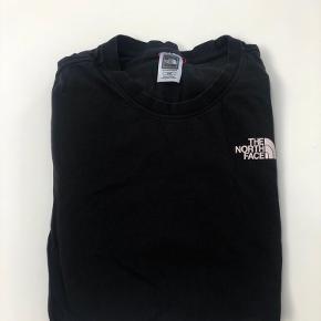 The North Face T-shirt 🖤  Str m, fitter s / m  Brugt en smule, men fejler intet  Np 249kr Byd!