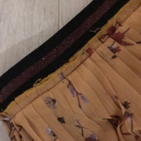 Str 38 Plisse nederdel med kort underskørte.