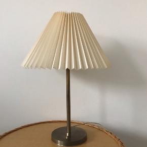 Enkel og klassisk gammel vintage messinglampe med afbryder på fod. Mørk patinering på en smuk måde og dejlig tung og gedigen. 34 cm inkl. fatning og med lidt gullig plisseret plastikskærm.  Virker fint.  275kr  #vintagelampe #messinglampe #bordlampe #messingbordlampe #lampe #belysning #vintagebordlampe