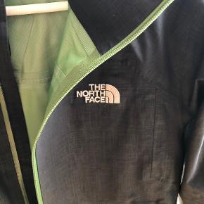 Sælger denne cool regnjakke fra North Face, købt i San Francisco. Jeg er vokset ud af den for lang tid siden, men beholdte den, da den er af virkelig god kvalitet. Oprindelig købspris: 2.500 kr.