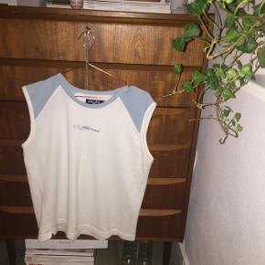 Retro H2O vest, fed med en hvid t-shirt under eller lign.:)