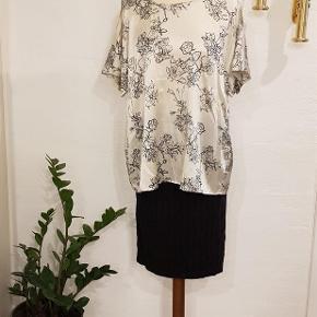 Varetype: Bluse Farve: Se billeder  Pbo bluse med fin detalje på ærmerne. 95% silke, 5% elastan.  Mindstepris 150 pp  Bytter ik
