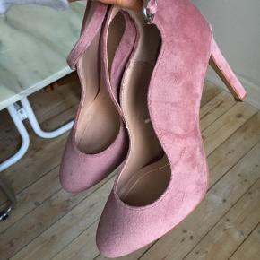 Spritnyt stiletter i rosa velourlook, fra Zara. Så smukke 🌸