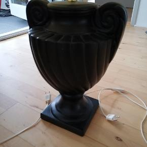 2 styks bord lamper sælges, sorte med hvide skærme, kender ikke mærket på dem. 72 cm høje fra fod til øverst på skærm, skærmen er 54 cm i diameter. Den ene fatning er lidt løs men kan skrues fast hvis man kan få hånden derop, ellers betyder det ikke noget for selve lampen. Flot stand. Sælges samlet