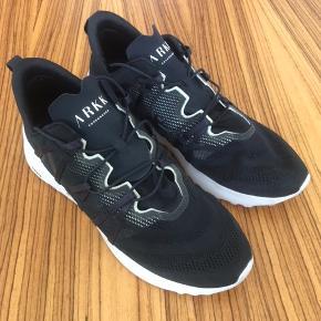 Super flot og anderledes kvalitetssneaker. ( model Velcalite cm tapioca) fra det københavnske firma ARKK. Skoen er brugt få gange og fremtræder som ny. Nypris kr. 1.000,-.