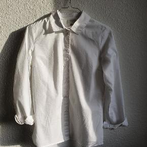 Flot klassisk slim hvid skjorte, kun brugt 1 gang. Cirka Mål : længe 61 cm foran, 68cm bagpå. Bryst 45cm x2, ærme fra armhule og ud 43cm. Pris er inkl porto :)