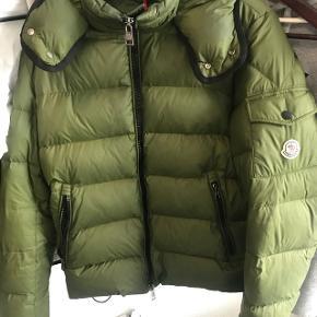 Rigtigt dejlig varm jakke i en str 2  Ingen huller eller pletter næsten som ny  Kan mødes i Århus eller sendes til hele landet.   Kontakt mig på 26786670
