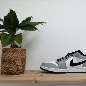 Nike Air Jordan 1 Low 'Light Smoke Grey'   Alle par er ubrugte, med boks 📈 Størrelser: 47,5 (3 par haves)  Pris: 999,- pr. par 📈