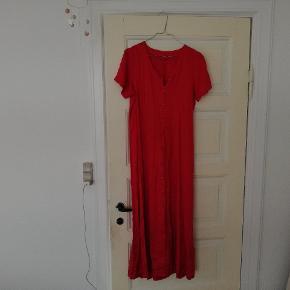 Fin vintage kjole i ribbet stof med knapper og bindebånd. Har den også til salg i sort. Passer ca en M