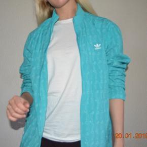 Sælger denne ubrugte jakke fra Adidas - sendes med DAO eller vis Tradono-handel 🌞 Se gerne mine mange andre annoncer! Jeg giver mængderabat 🤞🏼